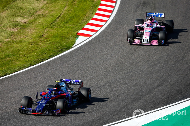 Pierre Gasly, Scuderia Toro Rosso STR13, y Sergio Perez, Racing Point Force India VJM11
