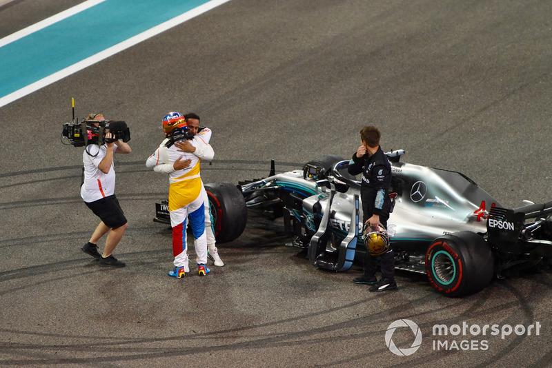Fernando Alonso, McLaren et Lewis Hamilton, Mercedes AMG F1 dans le parc fermé