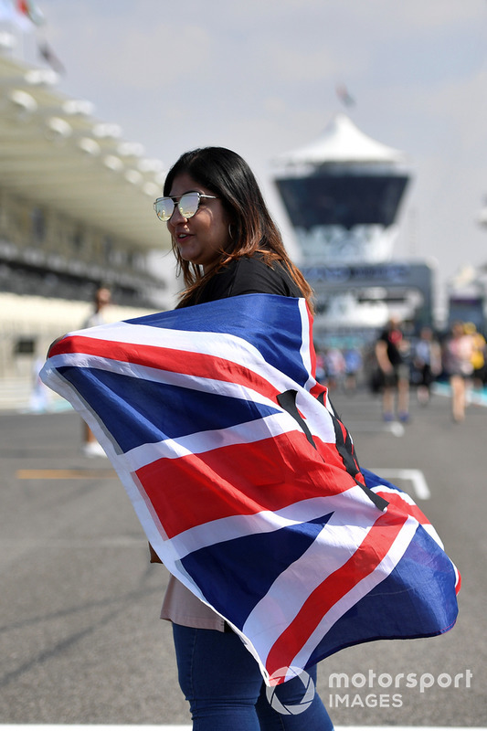 Una tifosa di Lewis Hamilton, Mercedes AMG, con una bandiera