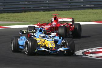 Fernando Alonso, Renault R26, voor Michael Schumacher, Ferrari 248 F1
