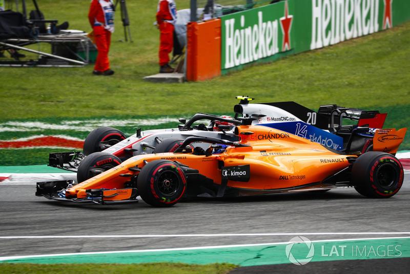 Kevin Magnussen, Haas F1 Team VF-18, e Fernando Alonso, McLaren MCL33, vanno ruota a ruota