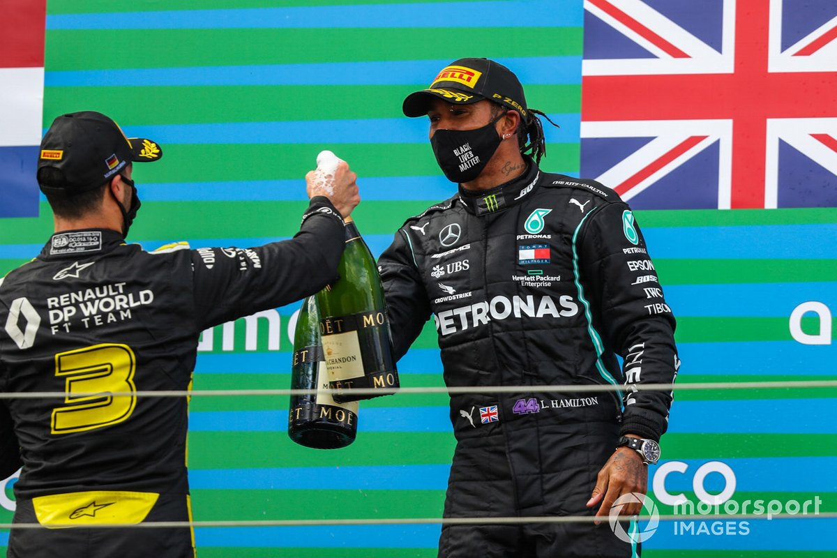Daniel Ricciardo, Renault F1, 3rd position, and Lewis Hamilton, Mercedes-AMG F1, 1st position, with their champagne on the podium