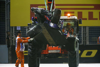 Marshals remove the damaged car of Daniil Kvyat, Scuderia Toro Rosso STR12