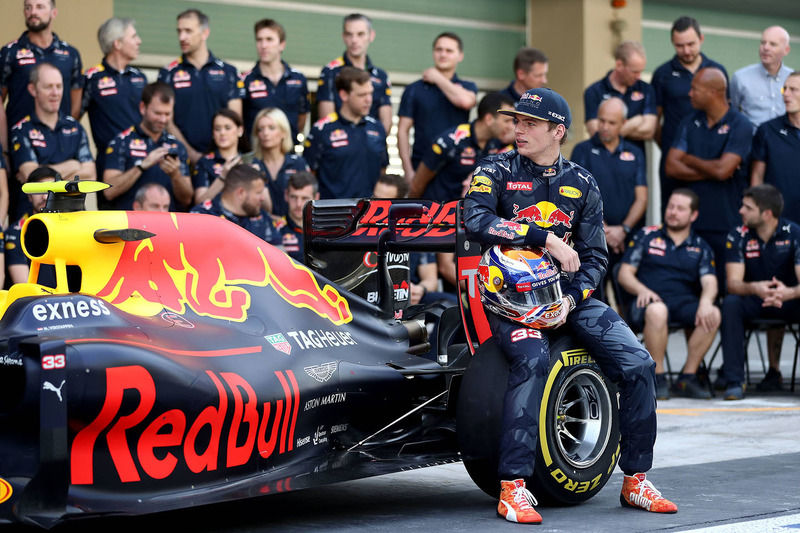 Max Verstappen, Red Bull Racing en una fotografía de equipo
