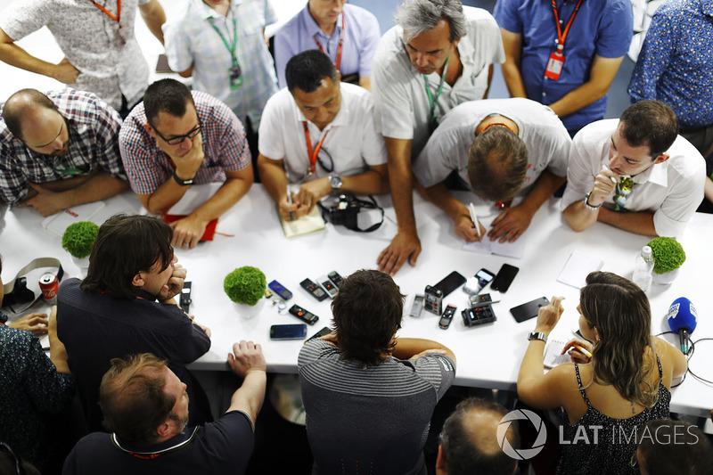 Fernando Alonso, McLaren und Jonathan Noble, Motorsport.com-Redakteur