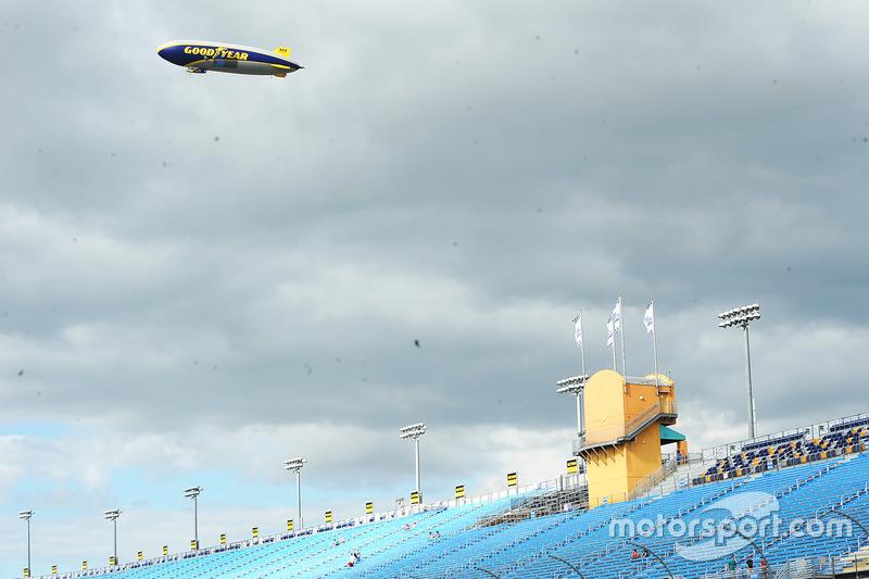 El dirigible de Goodyear vuela sobre Homestead-Miami Speedway