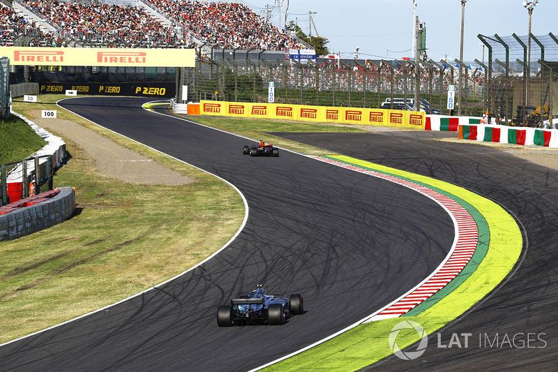 Valtteri Bottas, Mercedes AMG F1 W08, insegue Daniel Ricciardo, Red Bull Racing RB13
