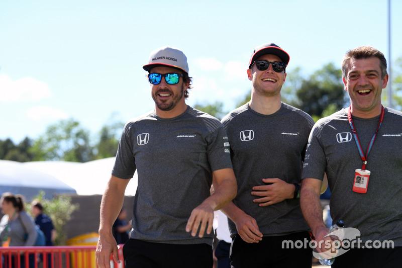 Гонщики McLaren Фернандо Алонсо и Стоффель Вандорн; менеджер команды Пол Джеймс