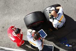 Ferrari-Mechaniker und Pirell-Techniker mit Pirelli-Reifen