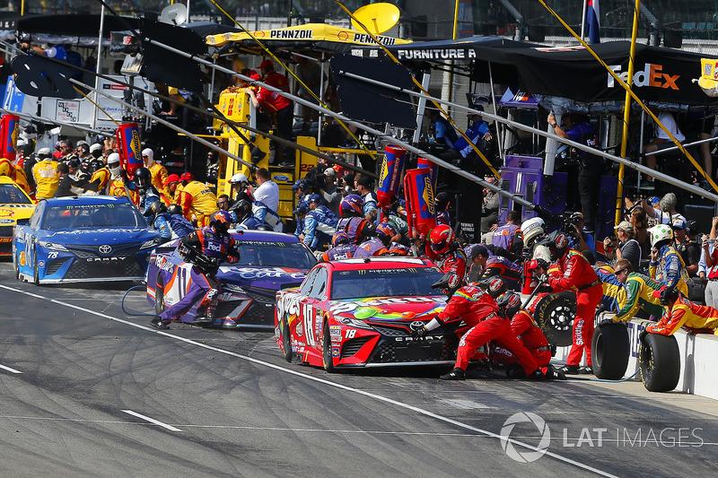 Martin Truex Jr., Furniture Row Racing Toyota, Denny Hamlin, Joe Gibbs Racing Toyota, Kyle Busch, Joe Gibbs Racing Toyota make pit stops
