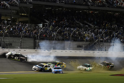 Crash: Kurt Busch, Stewart-Haas Racing Ford