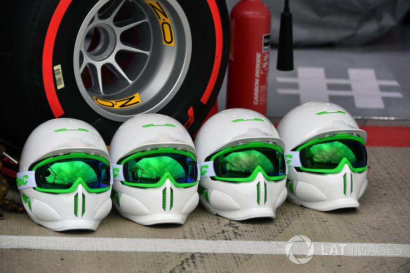 Шлемы механиков команды Red Bull Racing
