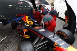 Rettungskräfte schauen sich den Red-Bull-Boliden an
