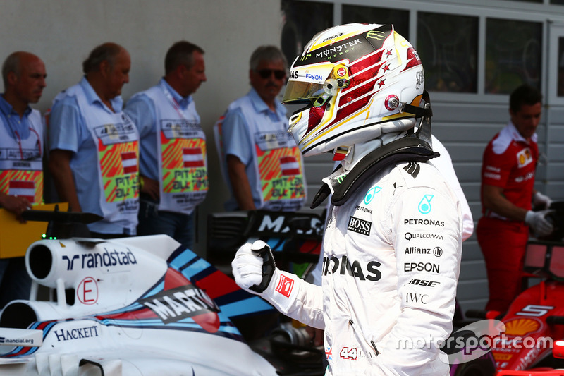 Lewis Hamilton, Mercedes AMG F1 festeggia la sua pole position nel parco chiuso