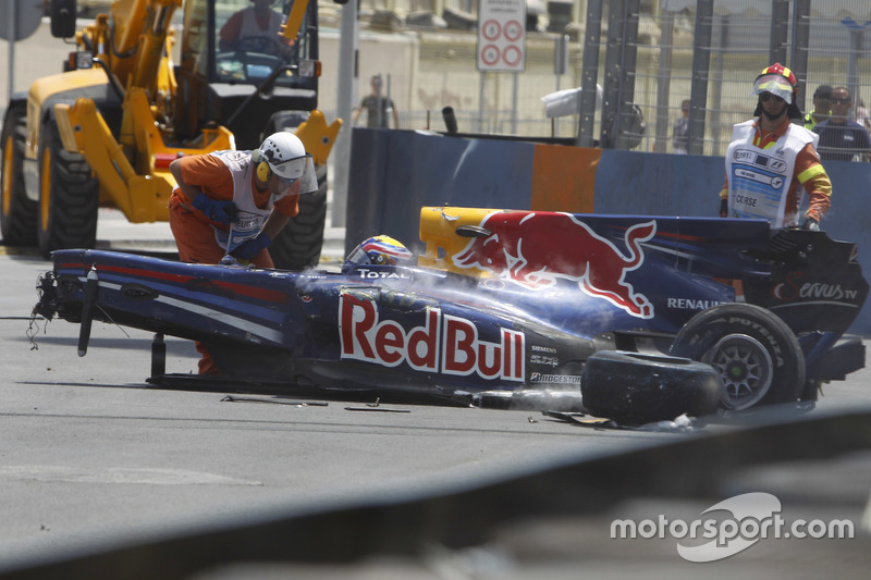 Marshals remove the wrecked car of Mark Webber, Red Bull Racing