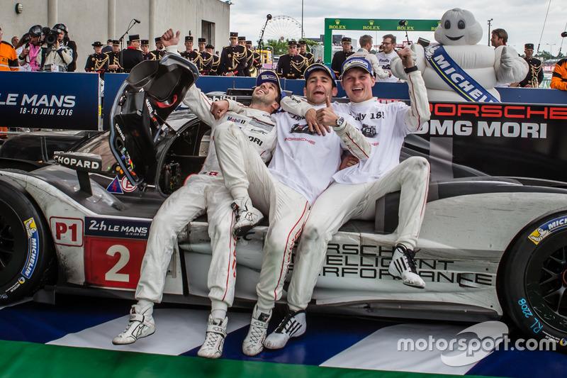 Ganadores de la carrera #2 Porsche Team Porsche 919 Hybrid: Romain Dumas, Neel Jani, Marc Lieb celebran