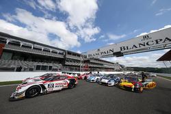 Cars on the start-finish line; #22 Nissan GT Academy Team RJN, Nissan GT-R Nismo GT3: Matthew Simmon