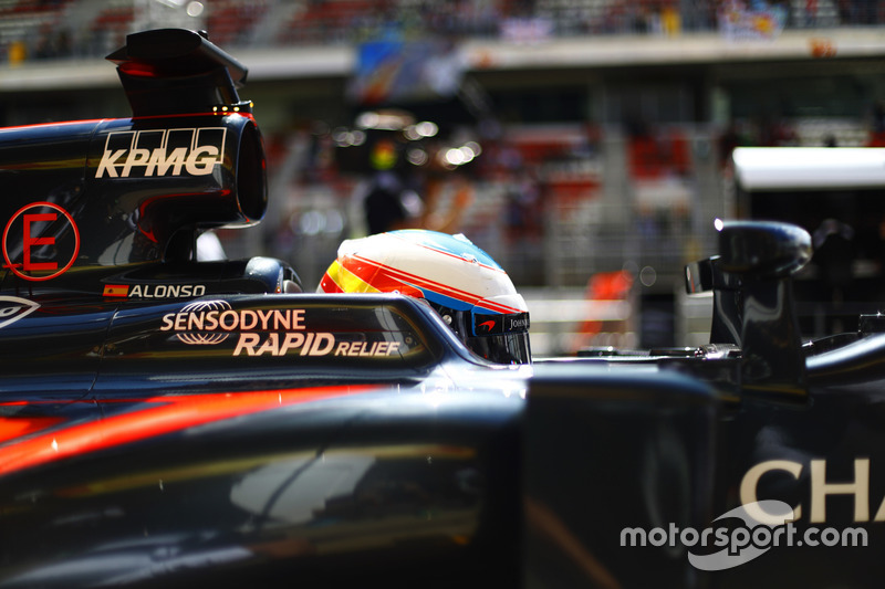 Fernando Alonso, McLaren MP4-31 en el pit lane
