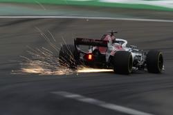 Marcus Ericsson, Sauber C37 Ferrari, envoie des étincelles en l'air