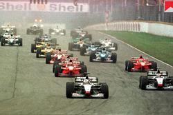 Mercedes team mates, David Coulthard y Mika Hakkinen lidera el campo en la primera curva