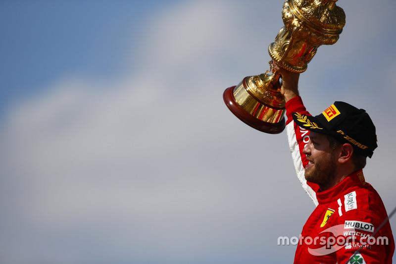 Sebastian Vettel, Ferrari, festeggia la vittoria sul podio e alza il trofeo