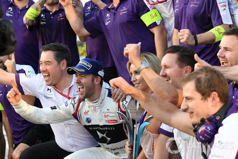 Ganador de la carrera Sam Bird, DS Virgin Racing, celebra co el equipo