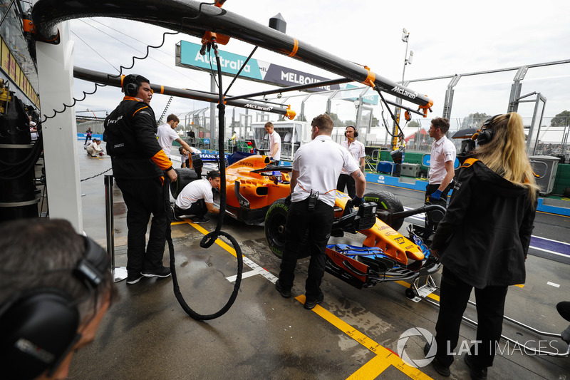 Fernando Alonso, McLaren MCL33 Renault, in the pits