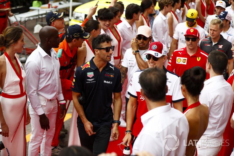 Daniel Ricciardo, Red Bull Racing, Marcus Ericsson, Sauber, Lewis Hamilton, Mercedes AMG F1, Kimi Raikkonen, Ferrari y Kevin Magnussen, Haas F1 Team, caminan entre los modelos promocionales de Tag Heuer