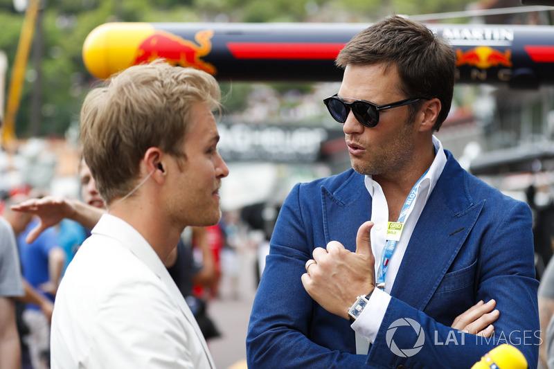 Pemain NFL, Tom Brady, berbicara dengan Nico Rosberg