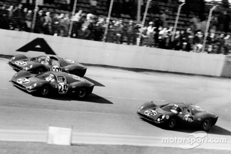 1967: Tiga Ferrari 330 P melewati garis finis