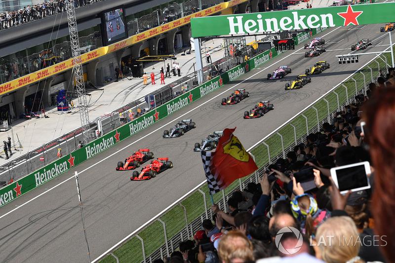 Sebastian Vettel, Ferrari SF71H precede Kimi Raikkonen, Ferrari SF71H alla partenza della gara
