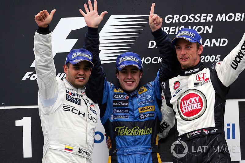 Podio: Segundo lugar Juan Pablo Montoya, McLaren; El ganador de la carrera Fernando Alonso, Renault y el tercer puesto Jenson Button, BAR