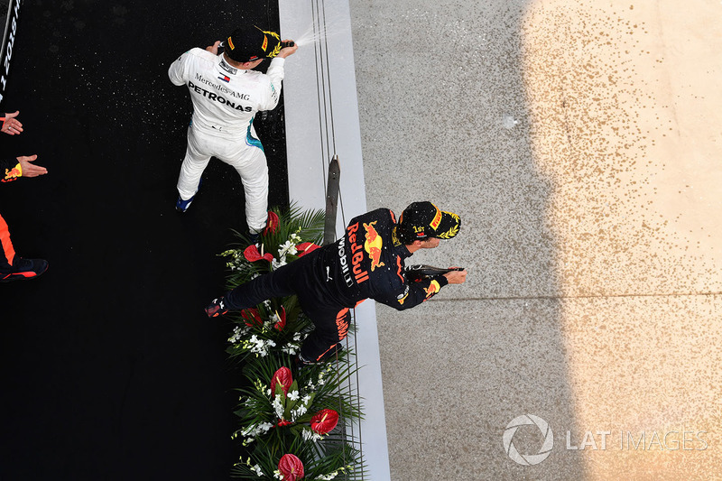 Race winner Daniel Ricciardo, Red Bull Racing and Valtteri Bottas, Mercedes-AMG F1 celebrate on the