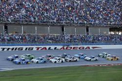 Restart: Daniel Suarez, Joe Gibbs Racing Toyota, Chase Elliott, Hendrick Motorsports Chevrolet