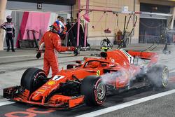 Kimi Raikkonen, Ferrari SF71H, in pit lane, si ritira dalla gara