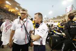 Otmar Szafnauer, Chief Operating Officer, Force India, with Paddy Lowe, Williams Martini Racing Formula 1, on the grid