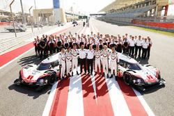 #1 Porsche Team Porsche 919 Hybrid: Neel Jani, Andre Lotterer, Nick Tandy, #2 Porsche Team Porsche 919 Hybrid: Timo Bernhard, Earl Bamber, Brendon Hartley avec les membres de l'équipe Porsche
