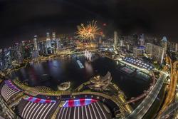 I fuochi d'artificio illuminano lo skyline di Marina Bay