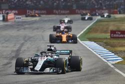 Lewis Hamilton, Mercedes AMG F1 W09, precede Fernando Alonso, McLaren MCL33