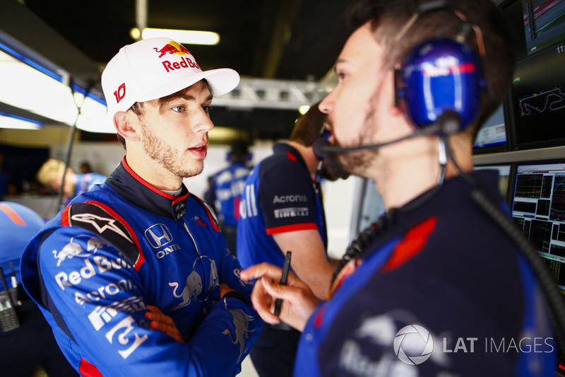 Pierre Gasly, Toro Rosso, habla con un ingeniero