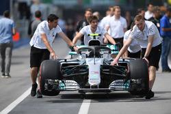 Mercedes-AMG F1 W09 in pit lane with Mercedes AMG F1 mechanics
