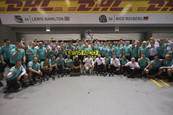 Nico Rosberg, Mercedes AMG F1 and Lewis Hamilton, Mercedes AMG F1 celebrate with the team