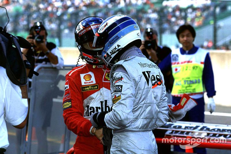 Mika Hakkinen, McLaren, et Michael Schumacher, Ferrari, se serrent la main après les qualifications