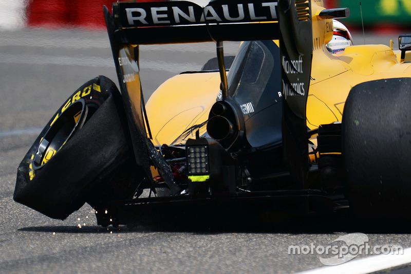 2. Kevin Magnussen, Renault Sport F1 Team RS16, mit Plattfuß hinten links
