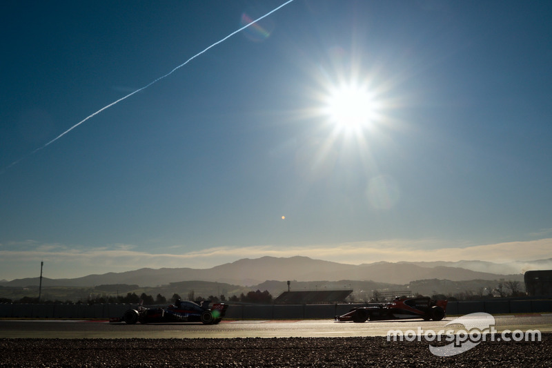 Даниил Квят, Scuderia Toro Rosso STR12 и Стоффель Вандорн, McLaren MCL32
