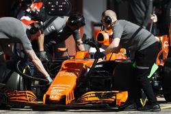 Les mécaniciens McLaren travaillent sur la voiture de Fernando Alonso McLaren MCL32