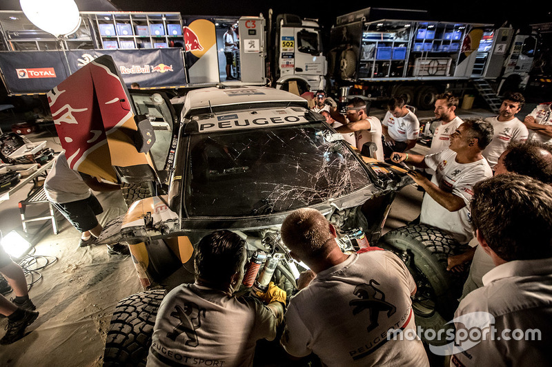 El coche chocado #104 Peugeot Sport Peugeot 3008 DKR: Sébastien Loeb, Daniel Elena