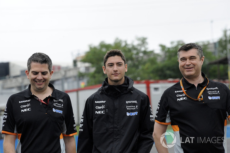 Alfonso Celis jr, Force India piloto de prueba con Bradley Joyce, Force India ingeniero caminan en la pista