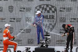Подіум: переможець Скотт Діксон, Chip Ganassi Racing Honda, друге місце Джозеф Ньюгарден, Team Penske Chevrolet, третє місце Еліо Кастроневес, Team Penske Chevrolet