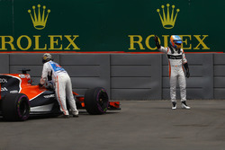 Fernando Alonso, McLaren, immobilisé en piste